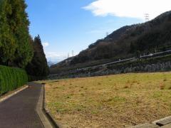 園内を京都市内側(東側)に見たところ。霊園は右手に見える山から谷へ広がっている。