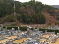 奥に見える京都縦貫道路とは距離があって、騒音はほとんど聞こえない。