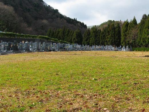 近畿でも屈指の広さの公園型霊園。こちらは今後、造成予定の場所。