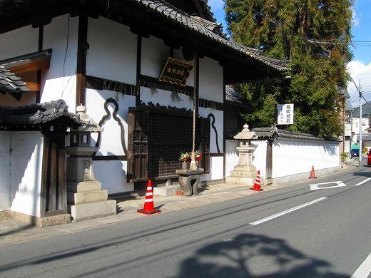 旧街道に佇む歴史ある寺院の霊園