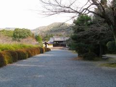山門。霊園という印象ではない。