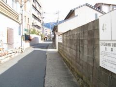 右手の塀の続き、奥に見えるのが管理棟。
