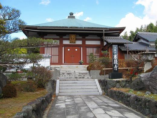 隠れ里のようにひっそり佇む、しかし立派な寺院が見えてくる。