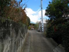 徒歩で来た場合はこちらの細い道。傾斜はそれほどきつくない。