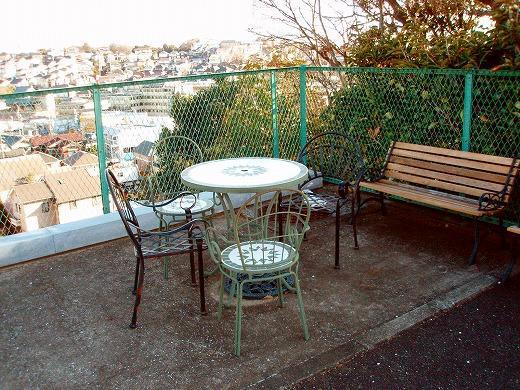苑内に置かれた洋風のベンチやテーブルがおしゃれな雰囲気。