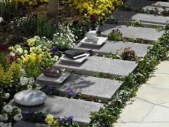 小さなプレート型墓石の上には、可愛らしいデザイン石を置くことができる。