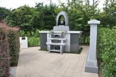 霊園の奥まった場所に設けられた永代供養塔「恩」。