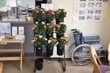生花の販売コーナー。貸し出し用の車椅子も用意しています。