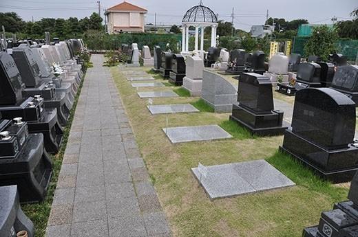 またまた芝墓地を見つけました。優雅なガゼボと、その奥に管理棟。
