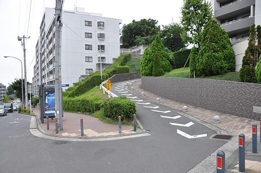 東戸塚駅から行くと「環2境木」交差点の手前にあるマンション脇の小さな道をさらに上がります。