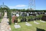 ゆったりとスペースを取った芝生墓地。地下型のカロートでも高台だけに水はけは良さそうです。