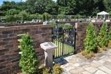 こちらは日本初となるプライベートキーによる門扉付きの、魅力的な独立芝生墓所。ネームプレート付きのゲートがプレミアム感を演出します。