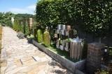 広々とした水はけの良さそうな霊園内の通路。園内数ヵ所に設置された水汲み場も手入れが行き届いています。