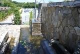 管理棟わきの滝のモニュメント。心安まる水音は霊園内のBGMの役割も。