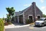 れんが造り風の管理棟は礼拝堂(法要施設・多目的ホール)、休憩室、売店を兼ねています。