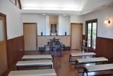 モダンな内装の礼拝堂(法要施設・多目的ホール)。25名程度の法事が行なえます。