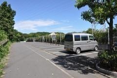 「正門」脇の駐車場。正門を入った園内にも駐車スペースがあります。