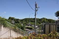 環状2号線から階段を上がる「裏口」からの眺め。ちょうど東海道線の清水谷戸トンネルの真上にあたり、東に保土ヶ谷の街を見渡す。
