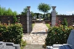 霊園の一番奥の右手にある、噴水がある芝生区画へのエレガントなゲート。