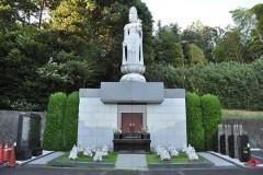 霊園の一番奥で墓所を見守る大きな観音さま。「和合の郷」と名付けられた永代供養墓です