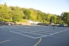 瑞谿殿の前に設けられた広大な駐車場。霊園奥の駐車場も含め233台収容。森の向こうは「こどもの国」。