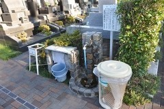 手入れが行き届いてよく整頓された水汲み場。