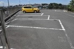 入口脇の駐車場。住宅地の中にあって十分な収容台数を確保しています。