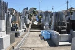 霊園の奥から入口方向を見る。斜面だけに階段はありますが、昔ながらの墓地のたたずまいです。