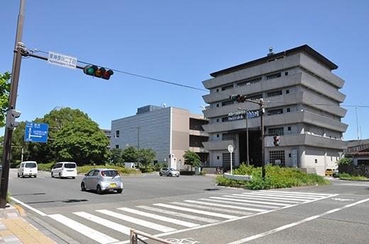 第一京浜道路に面していますが、中央分離帯の木々が森のようで意外と緑豊かな印象。地図から想像していたのとはかなり違った眺めです。