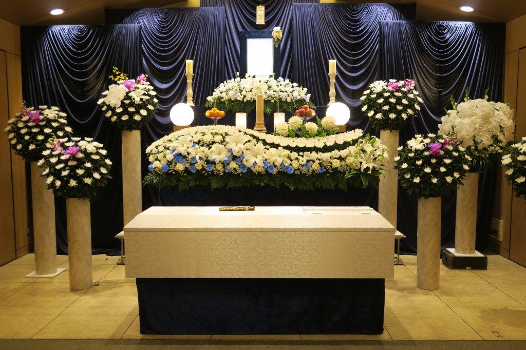 葬儀が終わると、納骨までの間、骨壷を安置します。