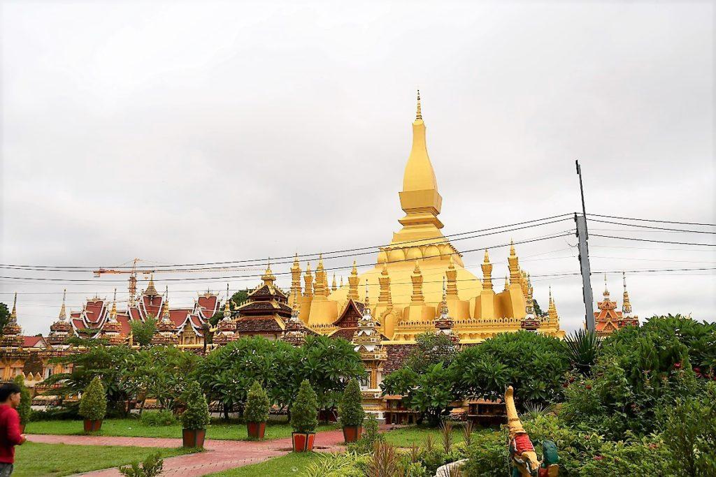 美しい植栽に映える仏塔と宮殿