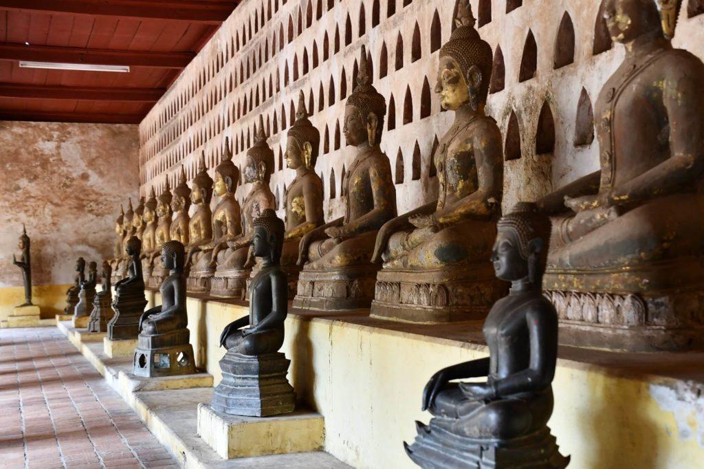 回廊にずらりと並ぶ大小様々な仏像