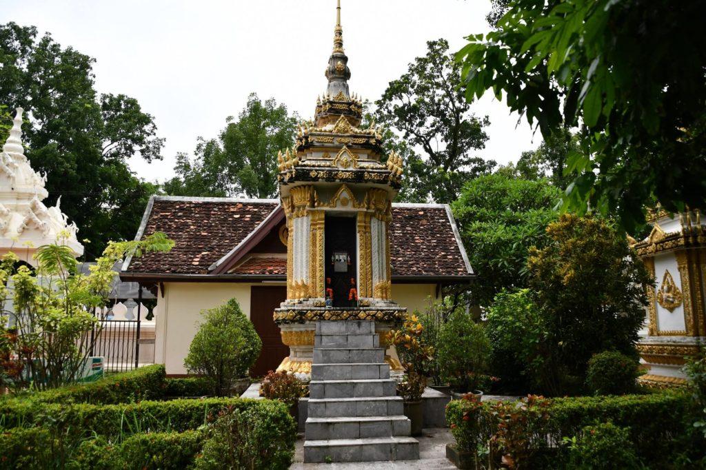 広い敷地に建つ、美しい王族の墓碑