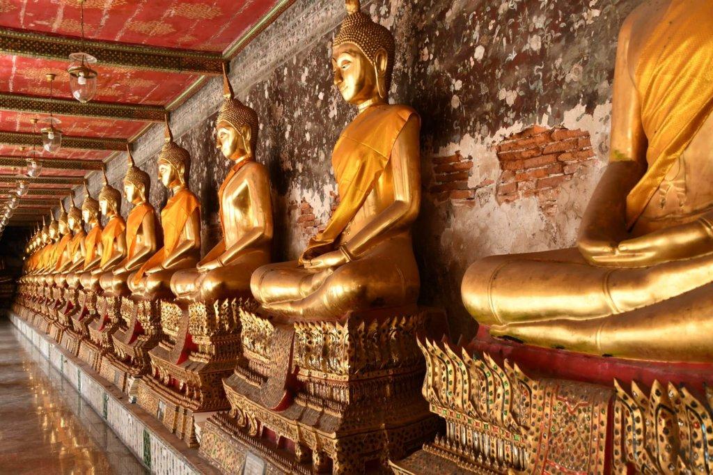 回廊に並ぶ100体を超える仏像