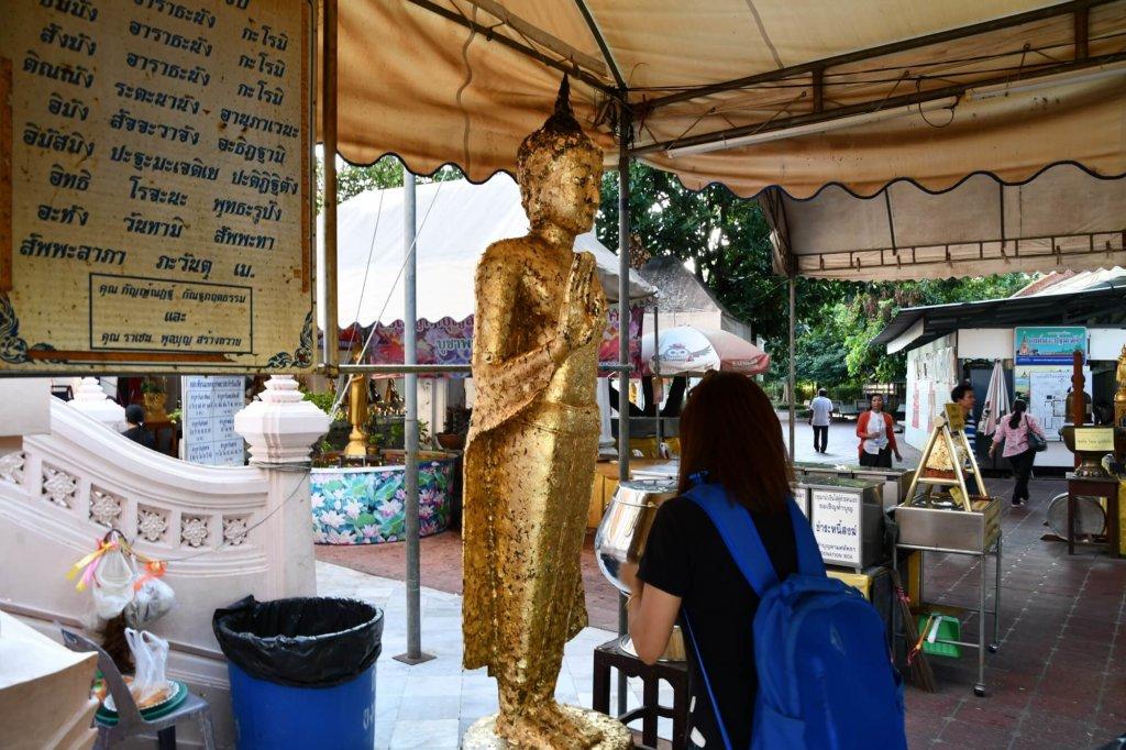 仏像に金箔を貼るタイのお参り
