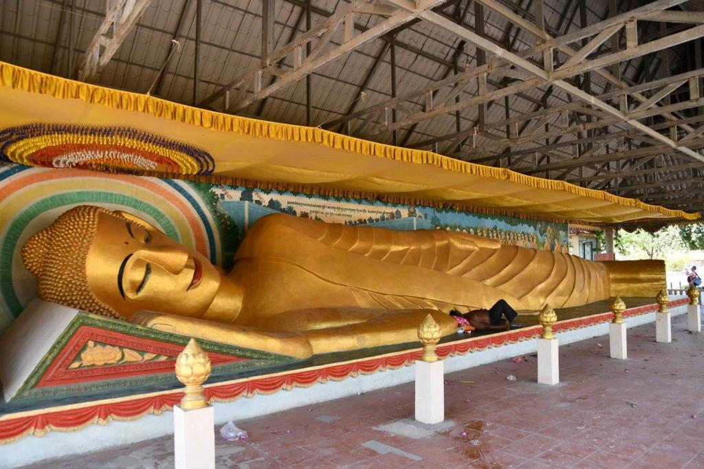 涅槃像の脇には添い寝している人が