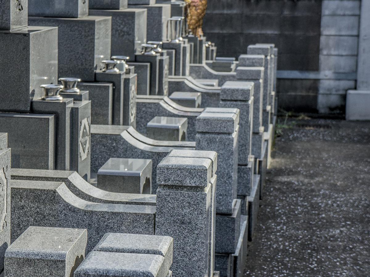 霊園見学時は墓石の状態を確認して石の吸水性や変色の状況をチェック