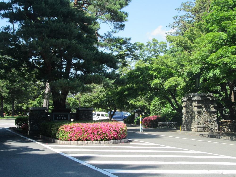 都立多磨霊園の正面入口。車でのアクセスが便利