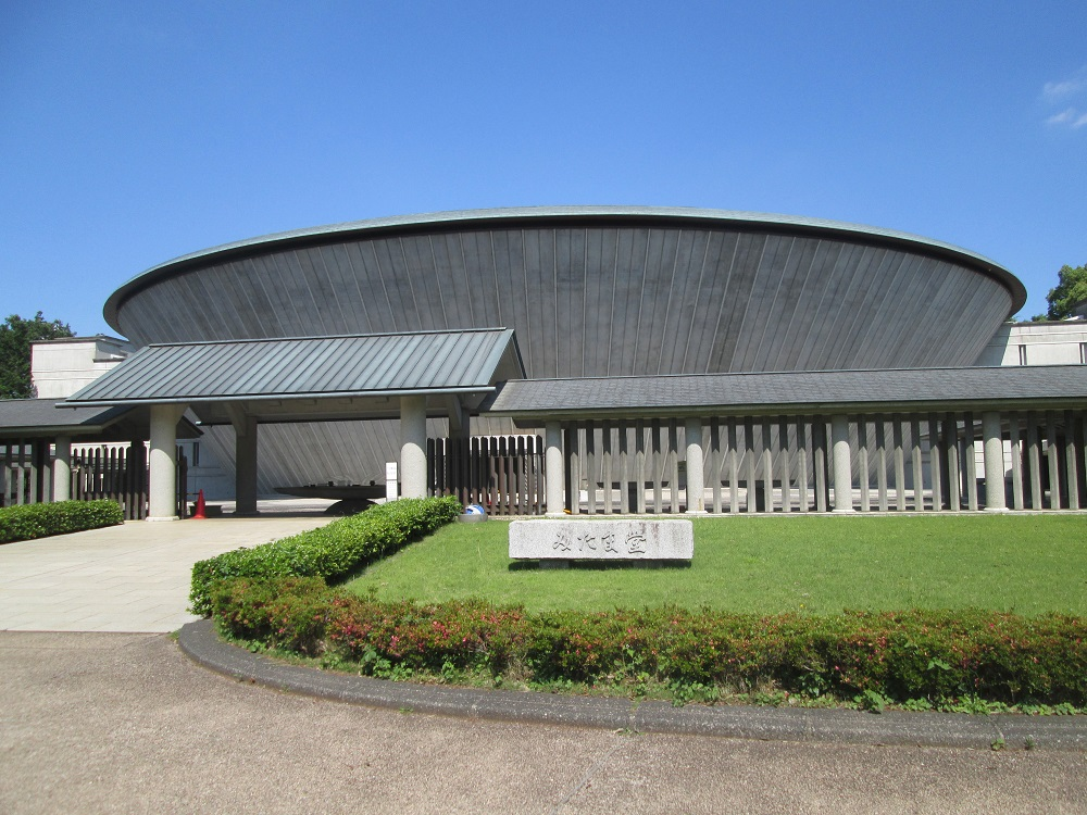 都立多磨霊園の長期収蔵施設「みたま堂」の外観