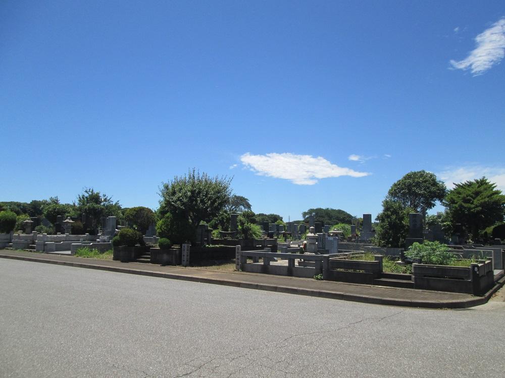 都立八柱霊園の一般埋蔵施設の画像。従来型の和型の墓石が多い