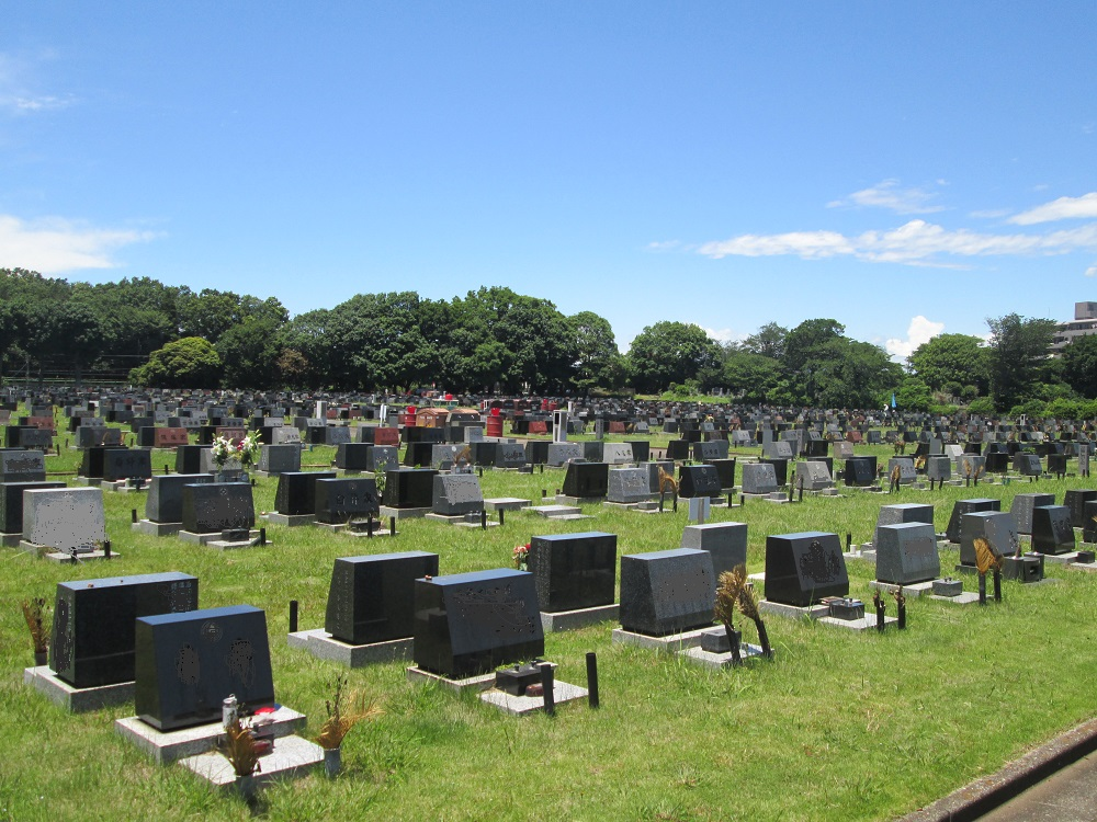 都立八柱霊園の芝生埋蔵施設の画像。洋型の墓石が多い