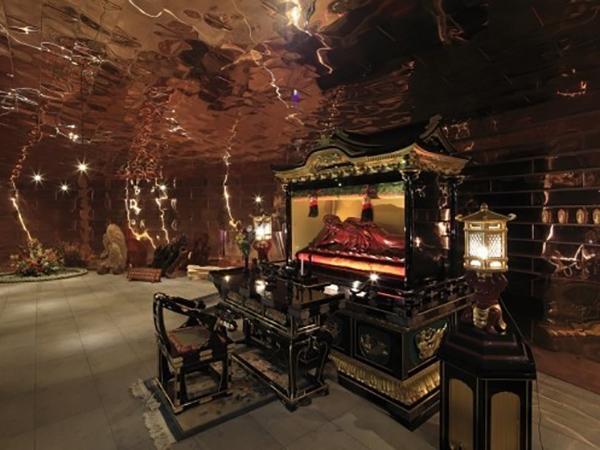 樹木葬「月の森」の三日月堂の内部の様子。中央に祭壇が祀られている