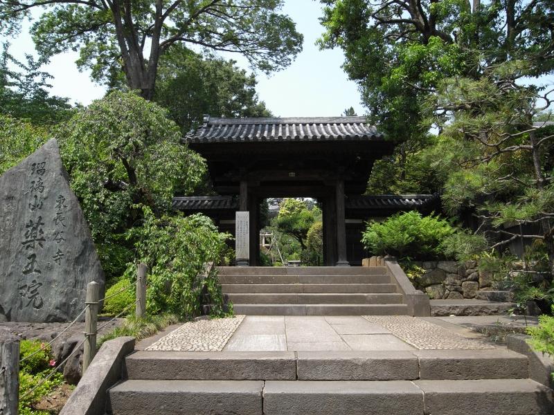 薬王院の入り口・山門には「瑠璃山 薬王院」と彫刻された石碑が建っている