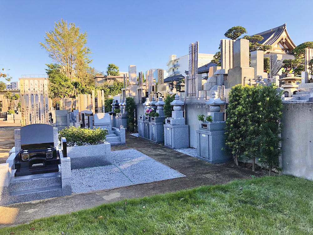 小石川伝通院の一般墓区画は参道が整備されている