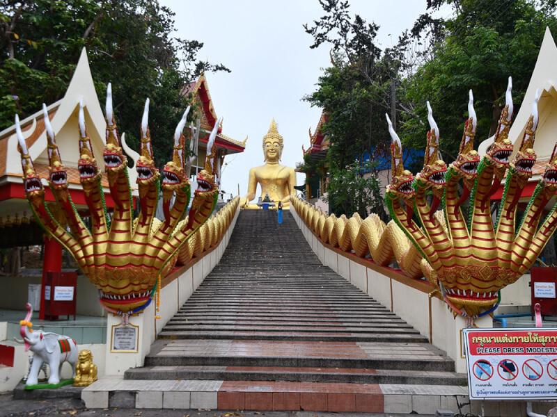 タイのワットプラヤイにある迫力ある蛇神ナーガとビッグブッダ