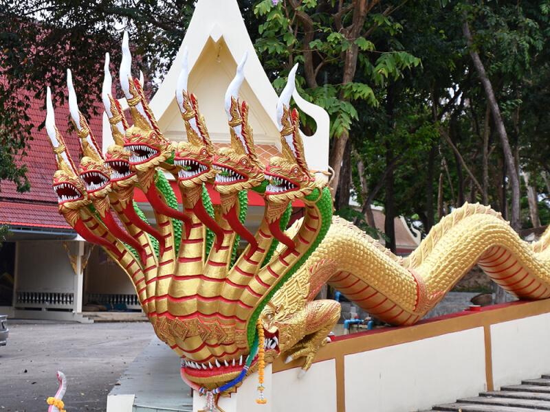 タイ・ワット・プラヤイにある牙とうろこまで細かく掘られたナーガ