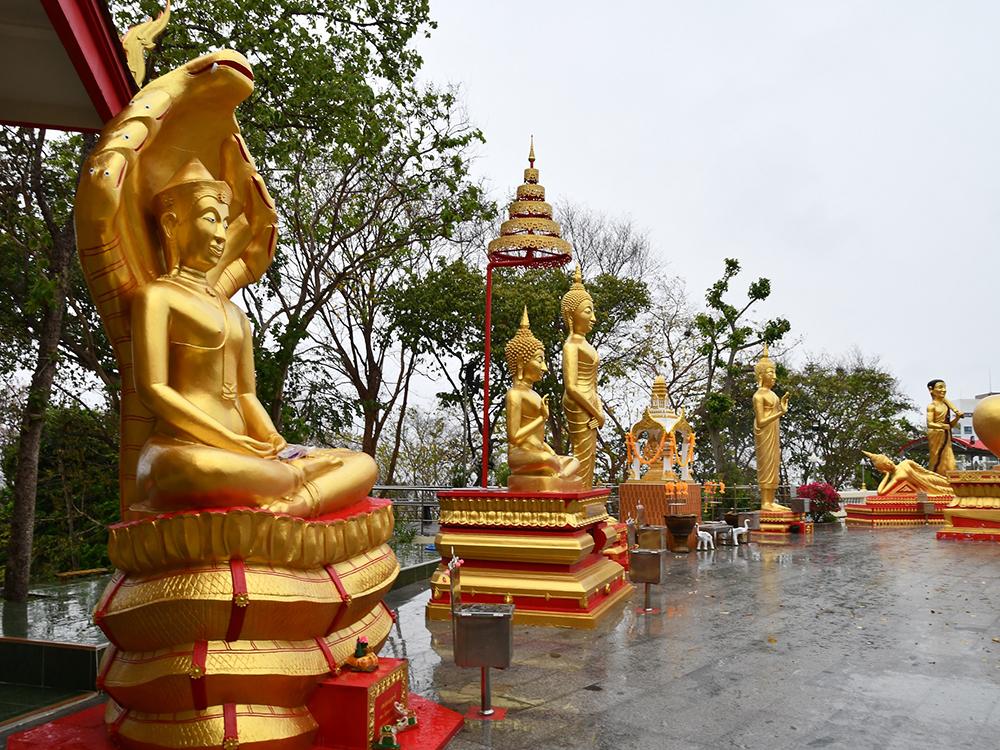 タイのワットプラヤイでは生まれた曜日の仏様へお祈りを捧げる