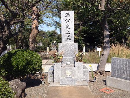 三島由紀夫が眠る多磨霊園の墓地。平岡家の墓
