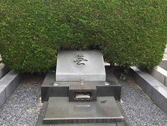 築地本願寺西多摩霊園にある松田優作の墓には墓碑として「無」の一文字が彫られている